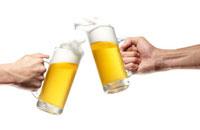 ジョッキに入ったビールで乾杯する手 10132010344| 写真素材・ストックフォト・画像・イラスト素材|アマナイメージズ