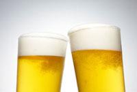 2杯のグラスに入ったビール