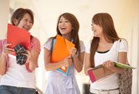 廊下を歩く留学生の女性3人