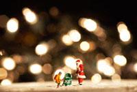 サンタクロースと子供とプレゼントの人形 10132104582  写真素材・ストックフォト・画像・イラスト素材 アマナイメージズ