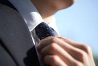 ネクタイを締める男性の手元