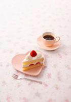 ハートのお皿の上のいちごのショートケーキとコーヒー