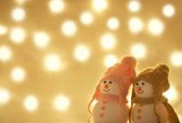 キラキラなイルミネーションの中の雪だるまのカップル