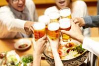 寄せ鍋を前にビールで乾杯する男女 10132105145| 写真素材・ストックフォト・画像・イラスト素材|アマナイメージズ