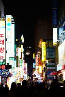 韓国の夜のネオン街 10132105505| 写真素材・ストックフォト・画像・イラスト素材|アマナイメージズ