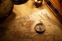 コンパスとアンティークの世界地図