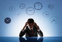 時計の背景の前で悩むビジネスマン 10132105814| 写真素材・ストックフォト・画像・イラスト素材|アマナイメージズ