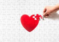 赤いハートのジグゾーパズルの最後のピースを入れる手 10132106124| 写真素材・ストックフォト・画像・イラスト素材|アマナイメージズ