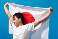 日本の国旗を背中で拡げる男性 10132106141  写真素材・ストックフォト・画像・イラスト素材 アマナイメージズ