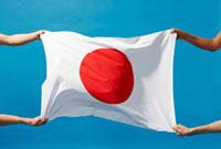 日本の国旗を持つ四人