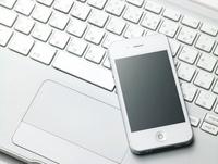 白いパソコンのキーボードとスマートフォン