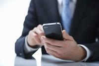 スマートフォンを操作しているビジネスマンの手 10132107569| 写真素材・ストックフォト・画像・イラスト素材|アマナイメージズ
