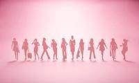 紙で作られた並ぶ沢山の女性達
