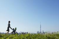 スカイツリーとベビーカーを押し歩くスーツの母親と赤ちゃん 10132108174| 写真素材・ストックフォト・画像・イラスト素材|アマナイメージズ