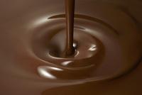 液体のチョコレートの中に垂れるチョコレート