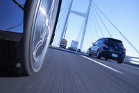 道路を走る車のタイヤと地面 10132108766| 写真素材・ストックフォト・画像・イラスト素材|アマナイメージズ