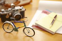 世界地図とカメラと自転車とガイドブック