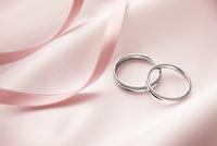 2つのリングのウェディングイメージ 10132110606| 写真素材・ストックフォト・画像・イラスト素材|アマナイメージズ