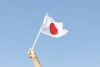 日本の国旗を応援して振る男性の手