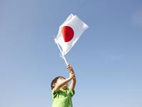 日本の国旗の旗を振る男の子