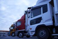沢山のトラックが並ぶ駐車場