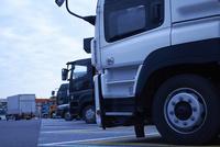 沢山のトラックが並ぶ駐車場 10132111140| 写真素材・ストックフォト・画像・イラスト素材|アマナイメージズ