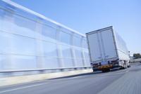 運搬のため高速道路を走るトラック 10132111143| 写真素材・ストックフォト・画像・イラスト素材|アマナイメージズ