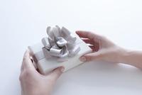 プレゼントボックスを持つ女性の手