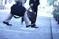 ビジネスマンの通勤風景 10132111309| 写真素材・ストックフォト・画像・イラスト素材|アマナイメージズ
