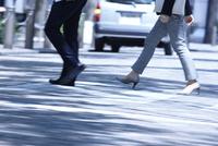 ビジネスマンの通勤風景 10132111421| 写真素材・ストックフォト・画像・イラスト素材|アマナイメージズ