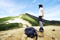 山登りをする青年