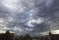 ゲリラ豪雨に襲われる街と曇天の空