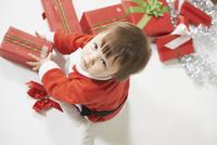サンタクロースの格好をした女の子とプレゼントボックス