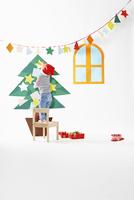 クリスマスツリーに装飾をする男の子