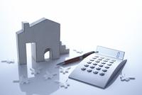 計算機と家と通貨マークの金融イメージ