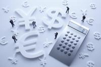 計算機と通貨マークの金融イメージ