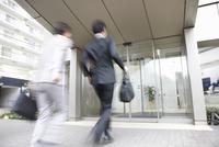 走って出社するビジネスマン2人 10132111852| 写真素材・ストックフォト・画像・イラスト素材|アマナイメージズ