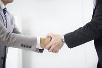 握手をするビジネスマン 10132112116| 写真素材・ストックフォト・画像・イラスト素材|アマナイメージズ