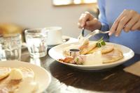 カフェにて友人とパンケーキを食べる女性 10132112309| 写真素材・ストックフォト・画像・イラスト素材|アマナイメージズ