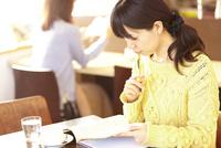 カフェにて勉強する女性