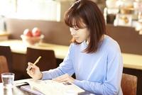 カフェで勉強する女性