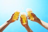 ビールの乾杯 10132113092| 写真素材・ストックフォト・画像・イラスト素材|アマナイメージズ
