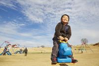 遊具で遊ぶ男の子 10132113470| 写真素材・ストックフォト・画像・イラスト素材|アマナイメージズ