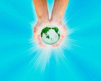 手の中の地球 10137000392| 写真素材・ストックフォト・画像・イラスト素材|アマナイメージズ