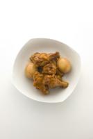 鶏手羽とゆで卵 10137008307| 写真素材・ストックフォト・画像・イラスト素材|アマナイメージズ
