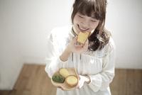 ケーキを食べる大学生 10138001530| 写真素材・ストックフォト・画像・イラスト素材|アマナイメージズ