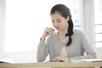 資格の勉強をする若い女性