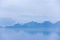 朝もやの十和田湖 10139000360| 写真素材・ストックフォト・画像・イラスト素材|アマナイメージズ