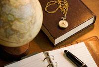 手帳と書籍と地球儀と懐中時計