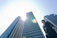 そびえ立つビルとビジネスマン 10142000367| 写真素材・ストックフォト・画像・イラスト素材|アマナイメージズ